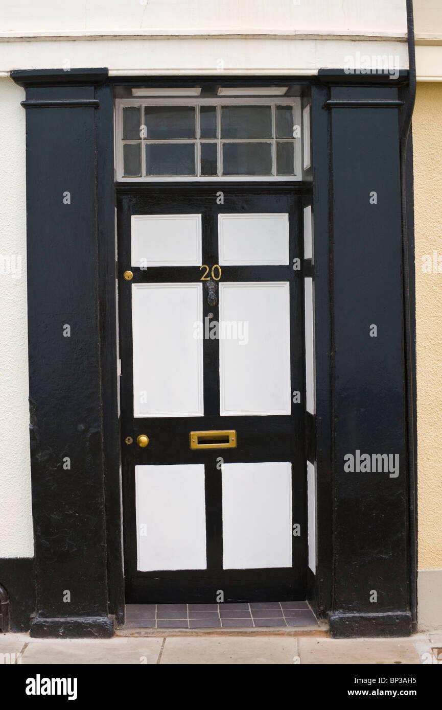 Weiß und schwarz bemalten aus Holz getäfelten Haustür Nr. 20 mit ...