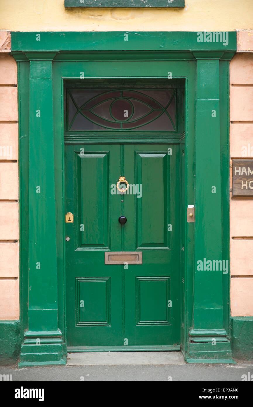 Haustür holz grün  Grün lackiert Holz getäfelten Haustür mit Messing Klopfer ...