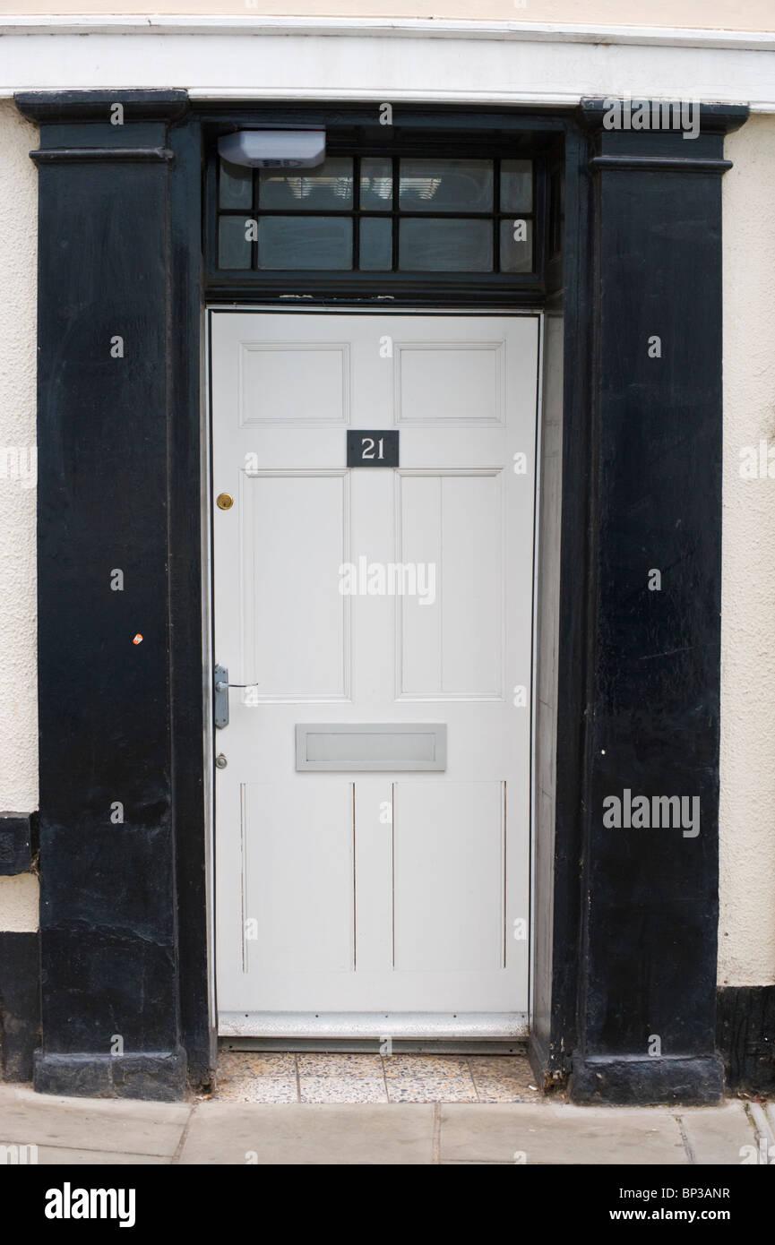 Weiß gestrichene moderne Holz getäfelten Haustür Nr. 21 mit Griff ...