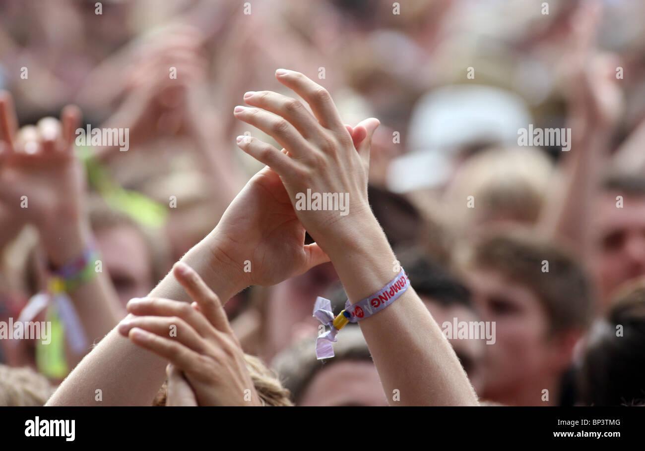 Eine Nahaufnahme von Hände klatschte in der Menge beim V Festival Stockbild