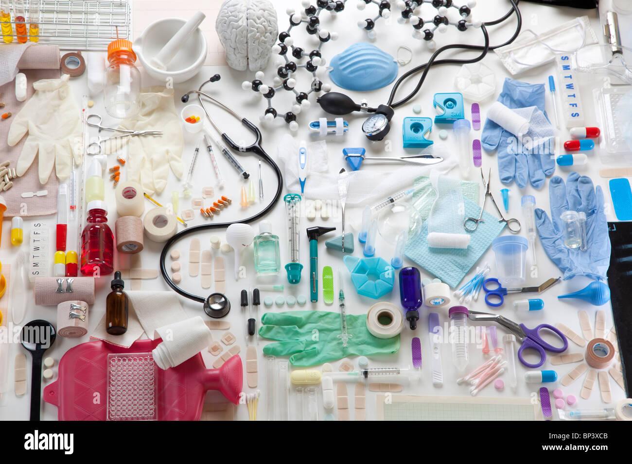Gruppe von vielen Objekten, die im Zusammenhang mit Medizin und Gesundheitswesen Stockbild