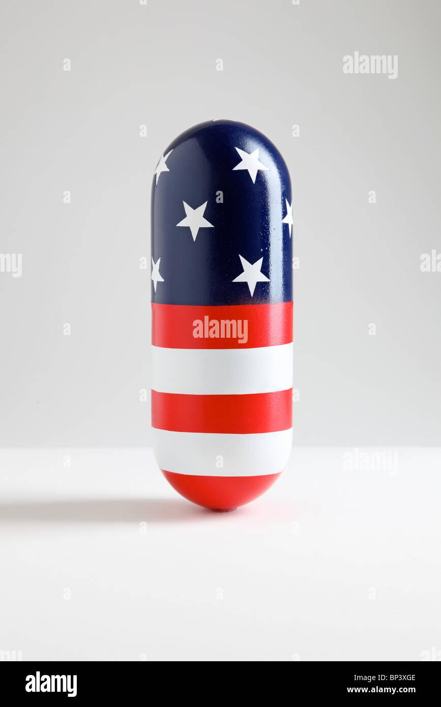 riesigen Pille Kapsel mit amerikanische Flagge Muster aus Sternen und Streifen Stockbild