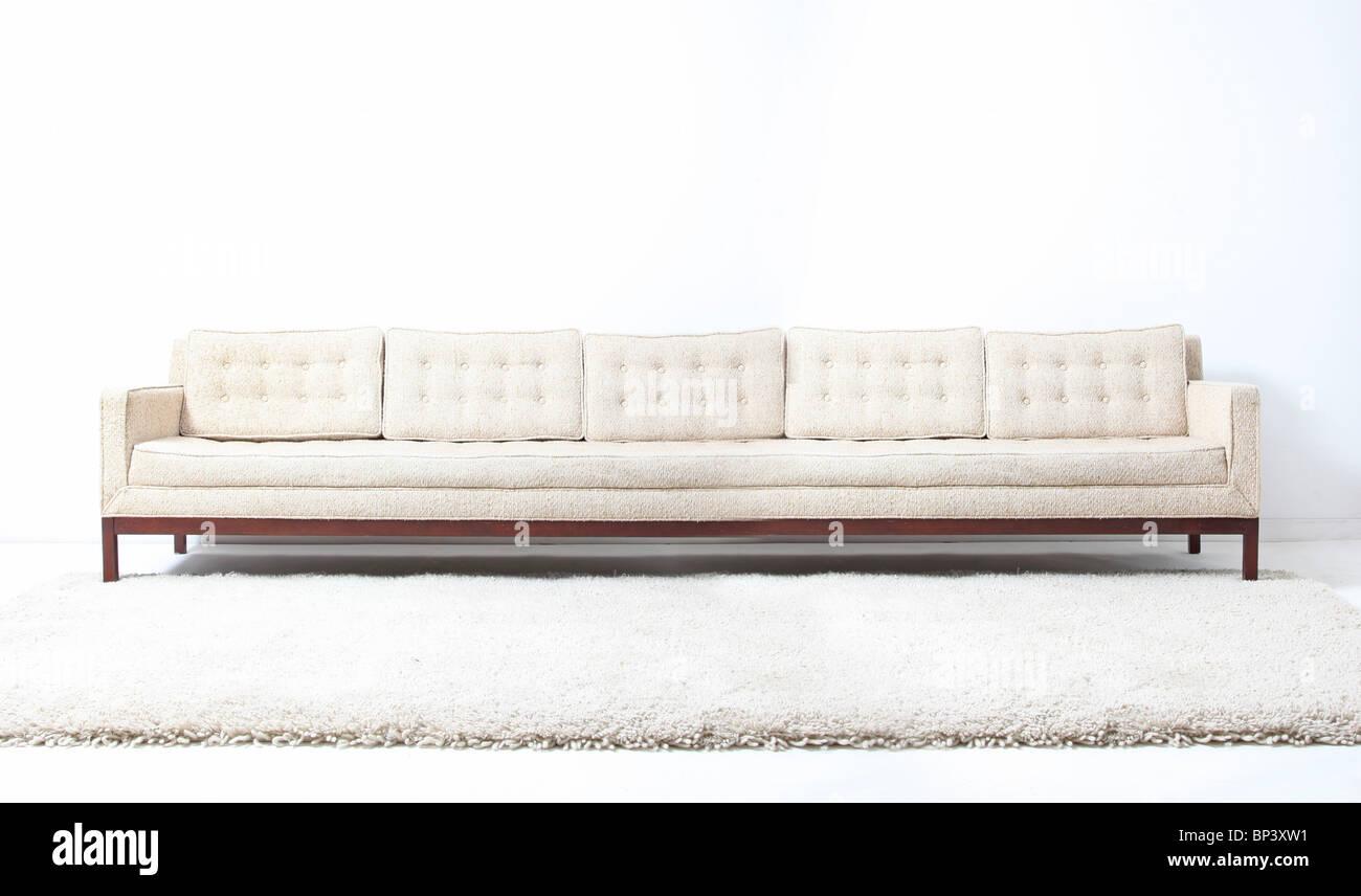 sehr lange weiße moderne Sofacouch Stockbild