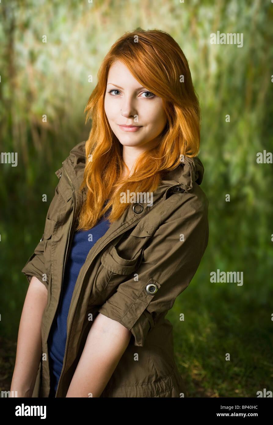 Schöne rothaarige Teen posiert für die Kamera mit einem