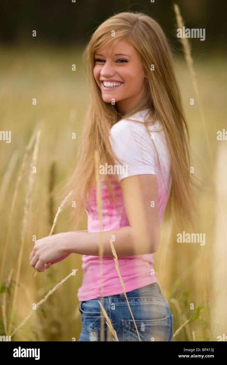 Porträt Von Teenager Mädchen 17 18 Jahre Alt Stehen Im Bereich Der