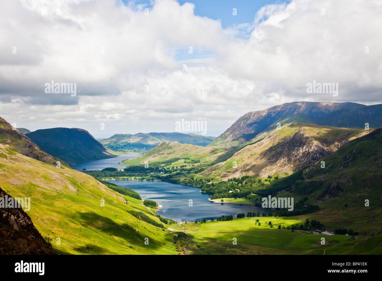 Blick über Buttermere & Crummock Wasser aus dem Heuhaufen Pfad, Nationalpark Lake District, Cumbria, England, Stockbild
