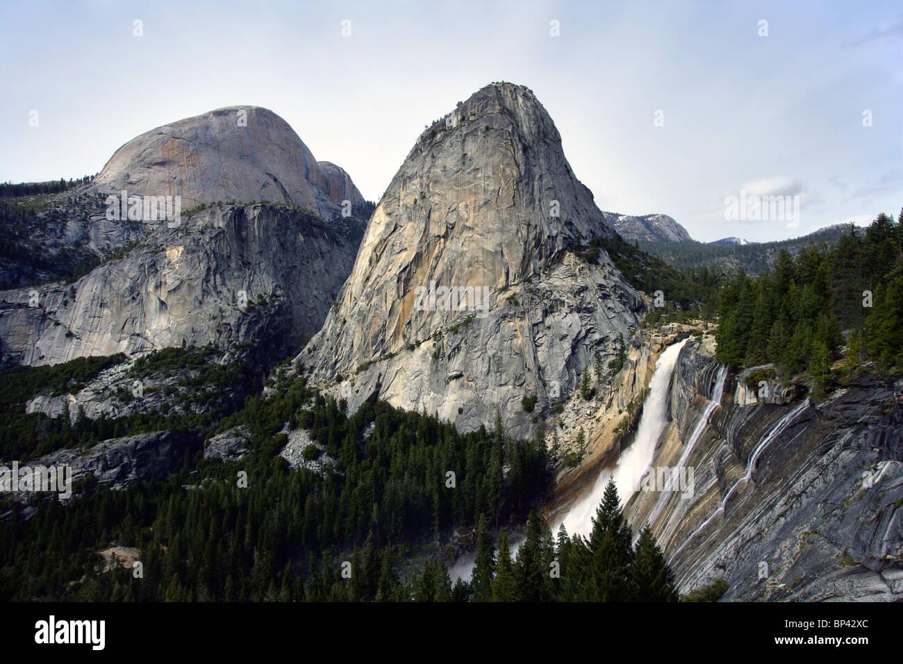 Die Freiheit-Kappe mit der Half Dome im Hintergrund und Nevada verliebt sich in den Vordergrund im Yosemite Nationalpark, Stockbild