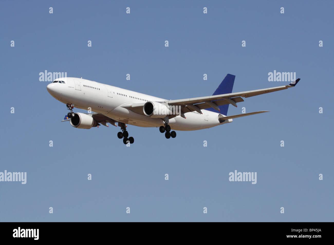 Kommerzielle Luftfahrt. Airbus A330 Long Haul widebody Pkw Flugzeug im Flug vor blauem Himmel. Keine Lackierung Stockbild