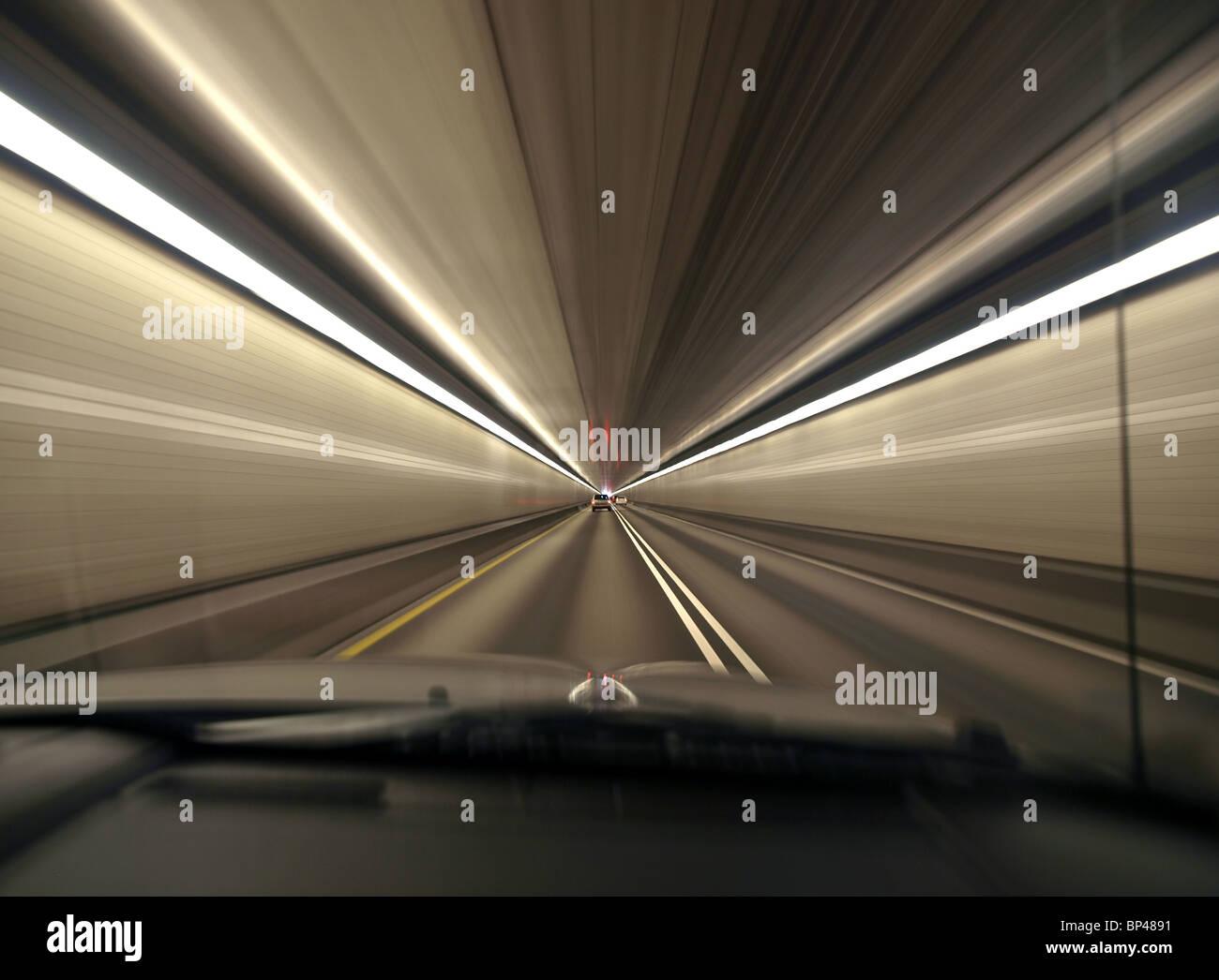 Beschleunigung durch einen tief urban Tunnel in Pittsburgh, Pennsylvania. Stockbild