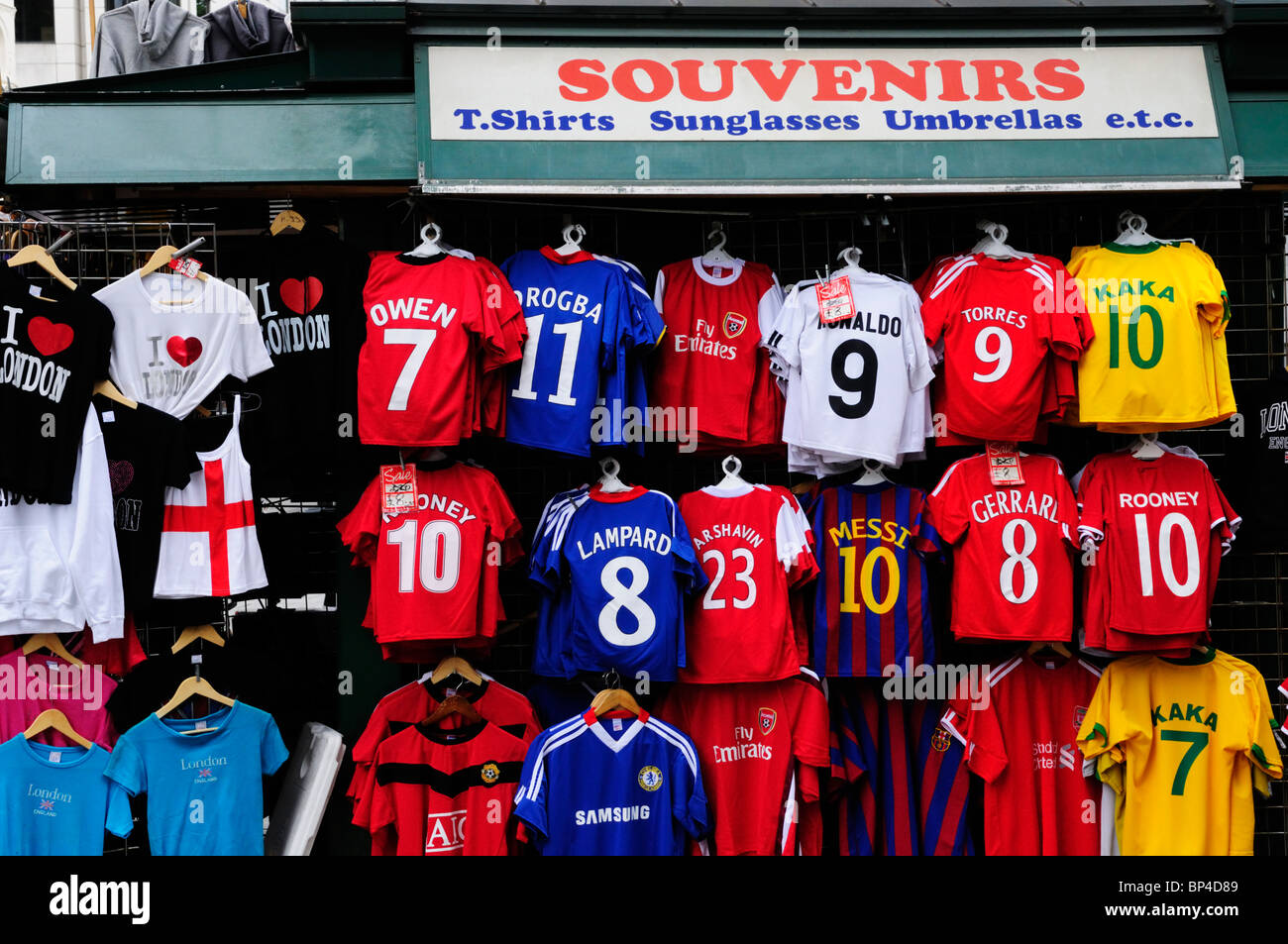 buy online 77a5a 979c7 Souvenir-Shop mit Fußball Trikots, Oxford Street, London ...