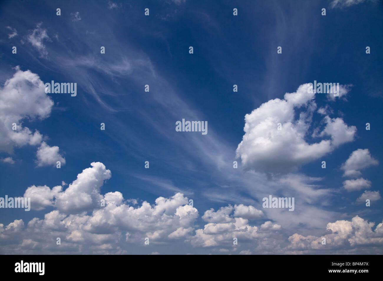 Wunderschöne blaue dramatischer Himmel mit einigen weißen Wolken. Stockbild