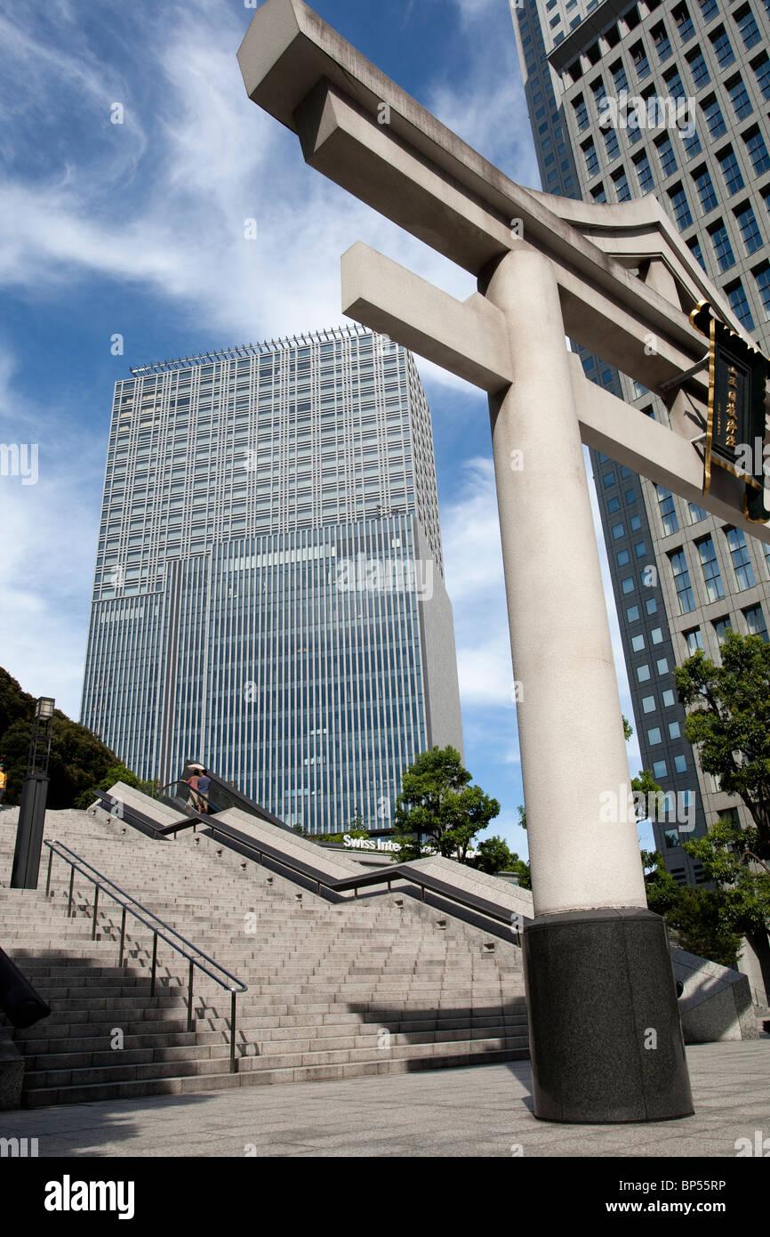 Hie-Jinja Torii Tor und Bürogebäuden, Tokyo-Japan Stockbild