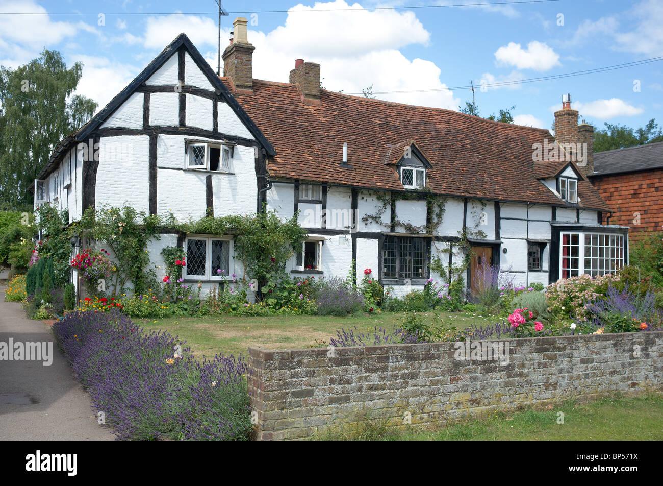Halbe Fachwerkhaus schwarz und weiß Haus Aldbury UK Stockfoto, Bild ...