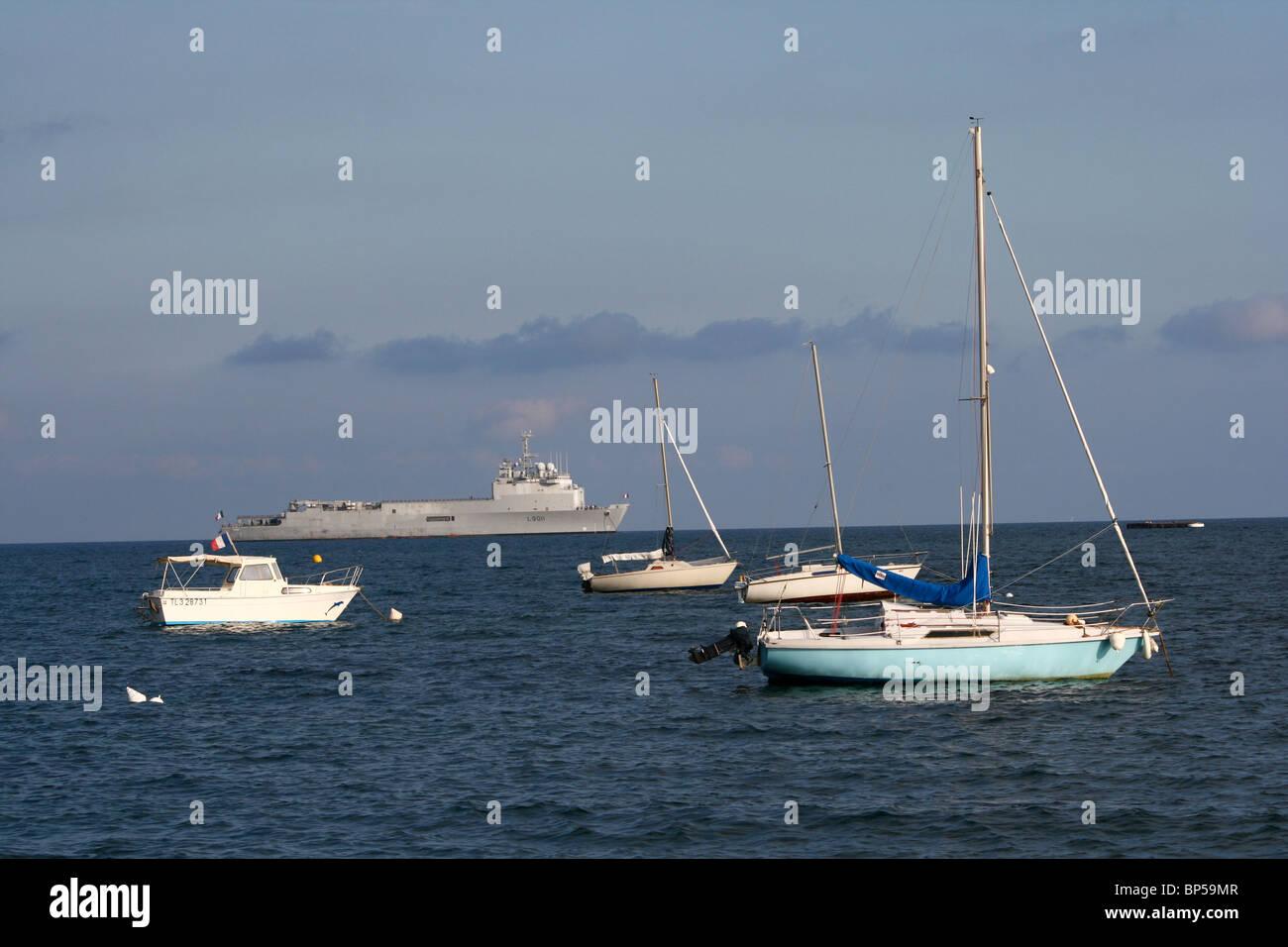 Ein französisches Kriegsschiff in der Bucht von Hyeres, Frankreich Stockbild