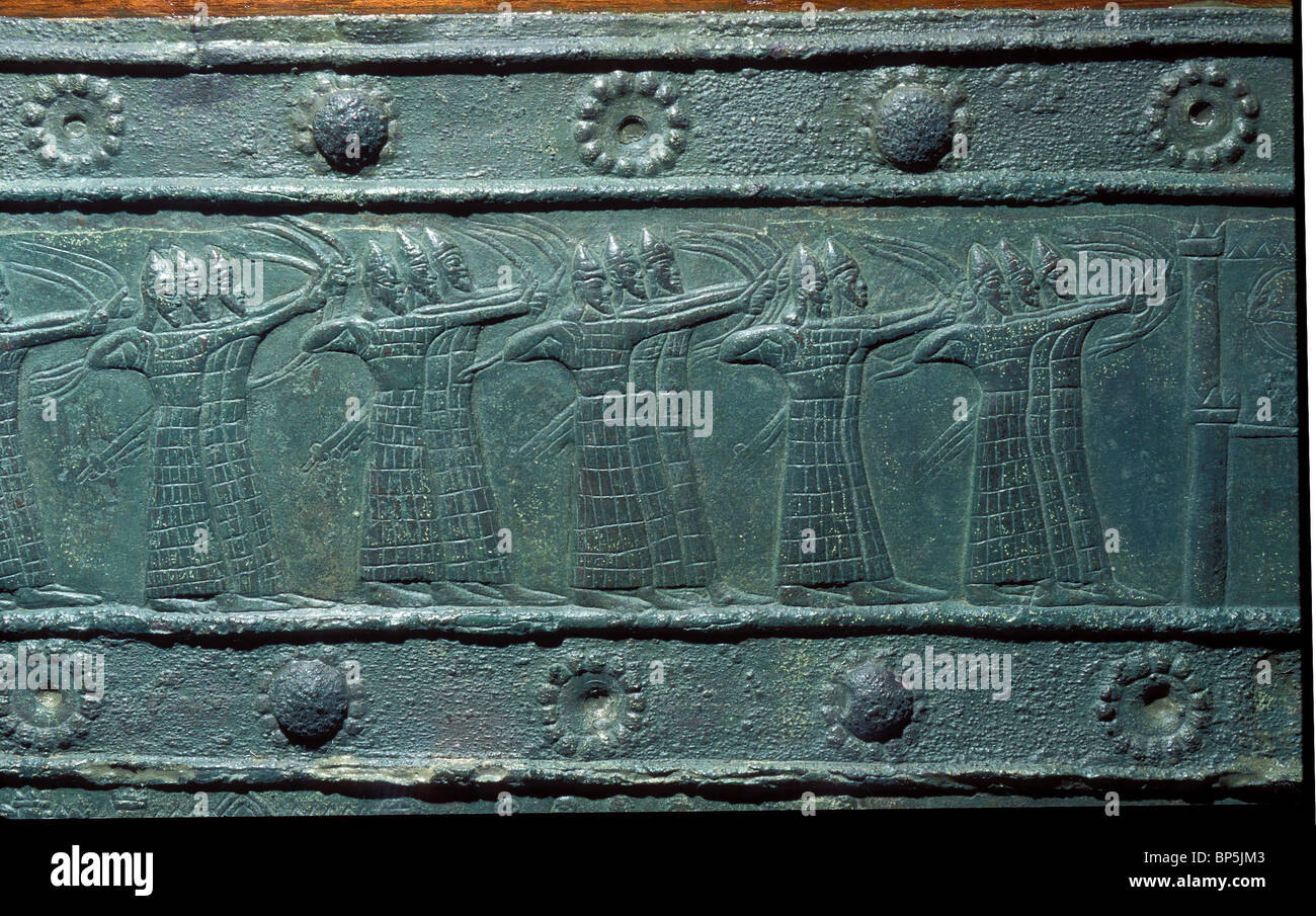 ASSYRISCHE ARMEE BOGENSCHÜTZEN IN GANZKÖRPER-RÜSTUNG. BRONZE DEKORATIONEN AUS DAS GROßE TOR Stockbild