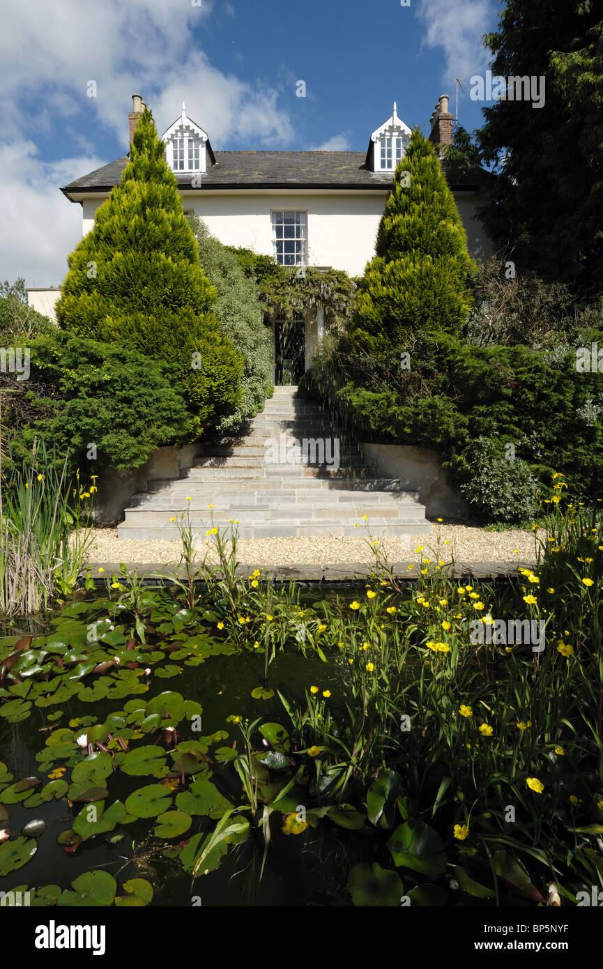 Gartenanlage mit Steinstufen führen zu einem georgianischen Haus ...