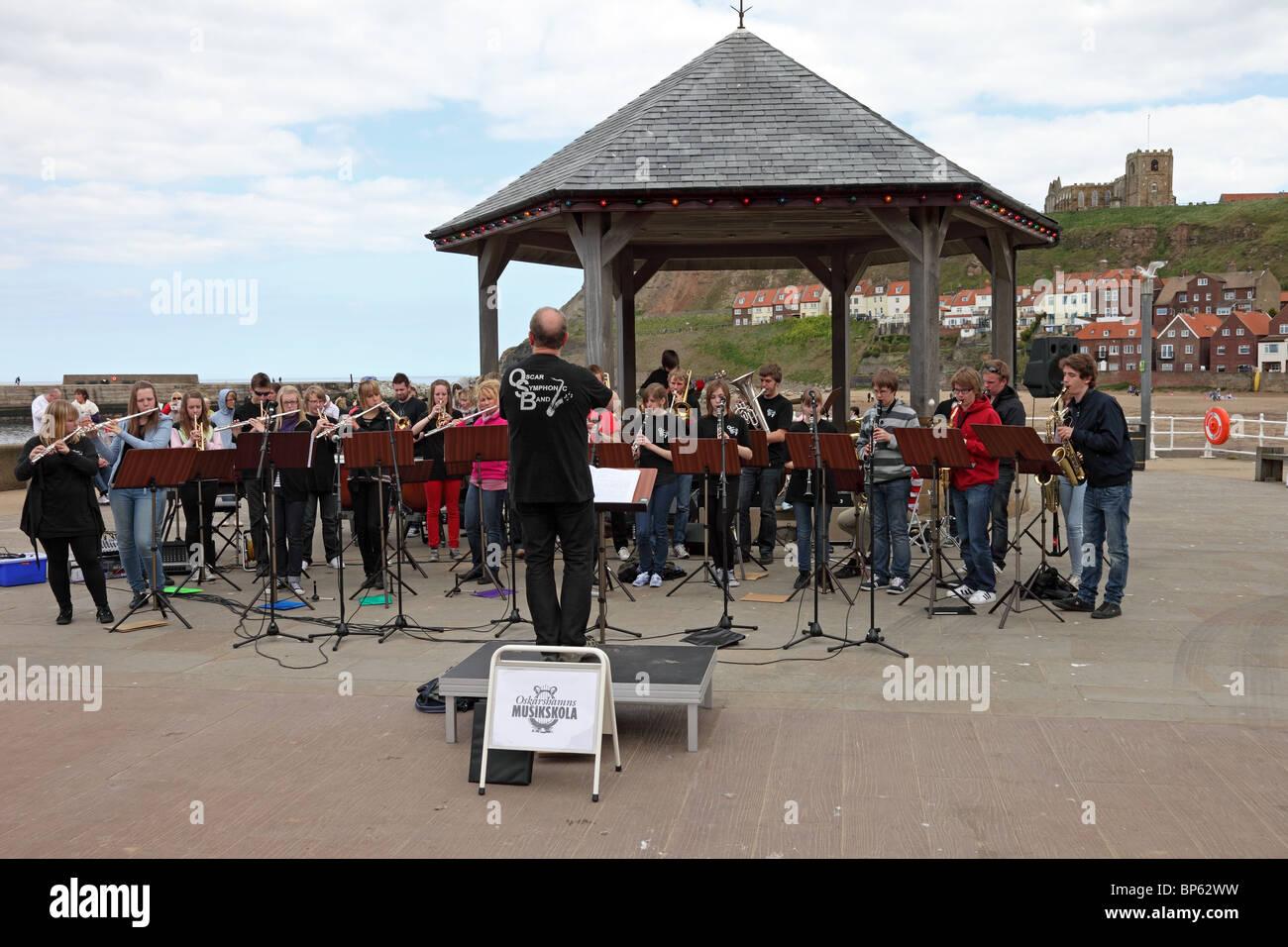 Das schwedische Oskarshamns Musikskola Oscar Symphonic Band im Vereinigten Königreich Küsten Stadt Whitby Stockbild