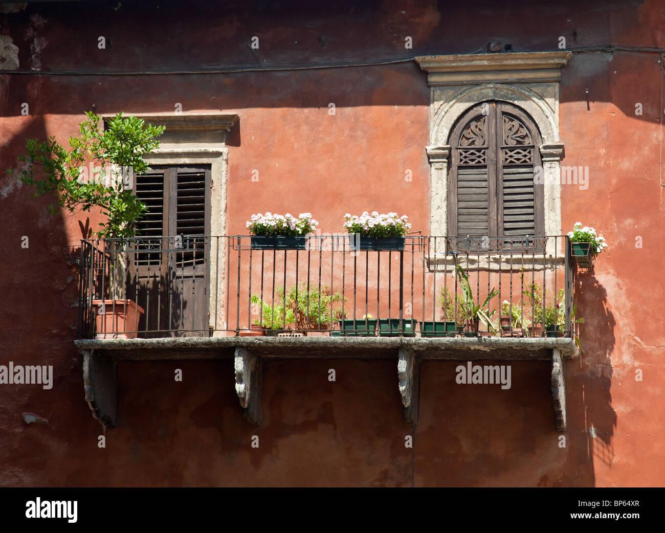 Alten Balkon auf ein Haus in Verona, Italien Stockbild