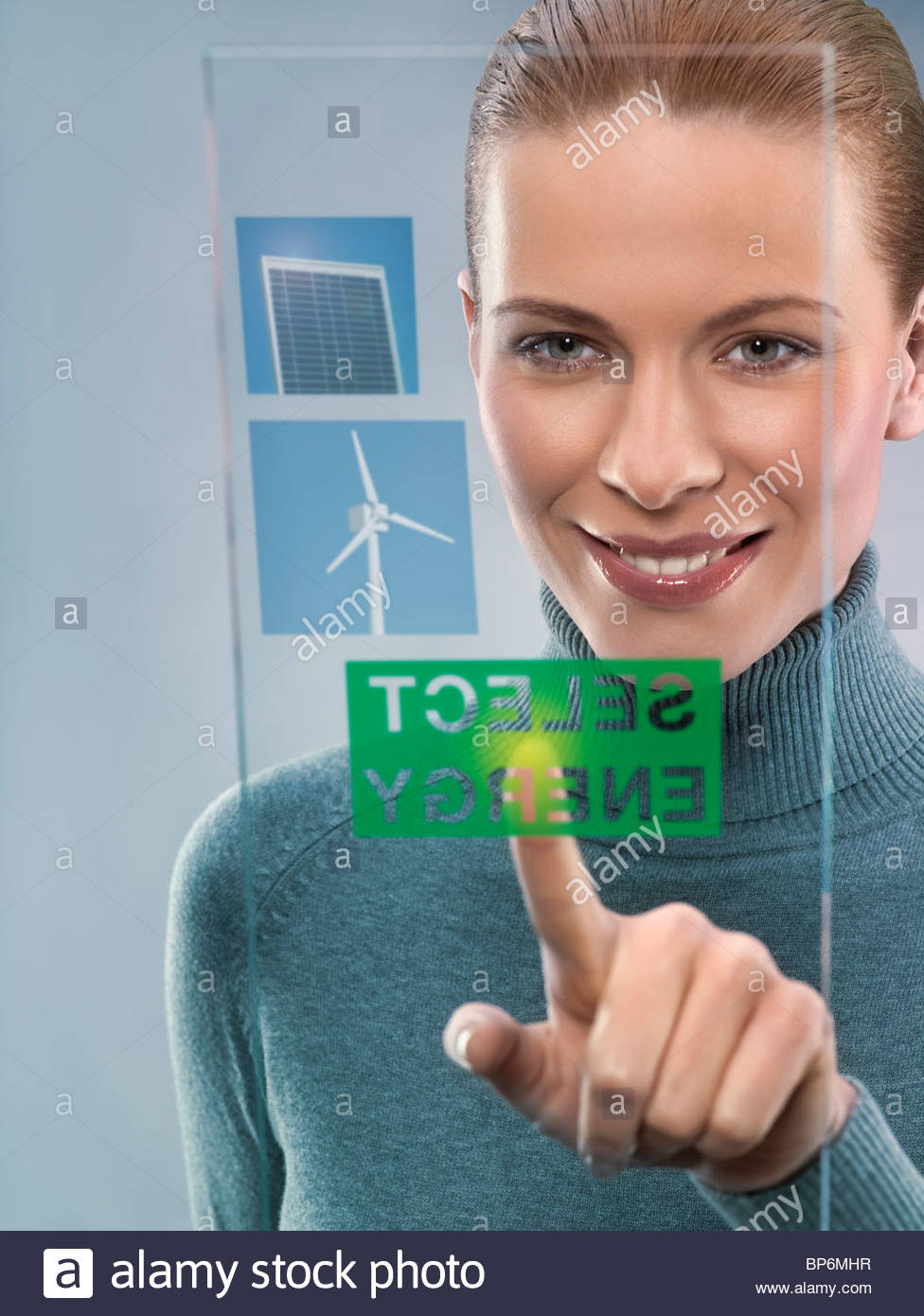 Junge Frau, die Auswahl von alternativen Energien, Studio gedreht Stockbild