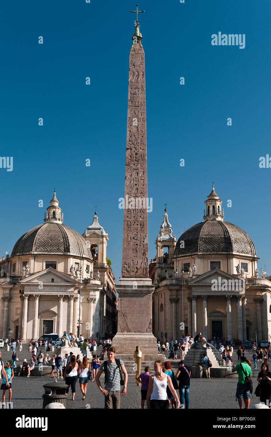 Piazza del Popolo Quadrat mit der ägyptische Obelisk Ramses II in der Mitte und zwei Kirchen in den Rücken, Stockbild