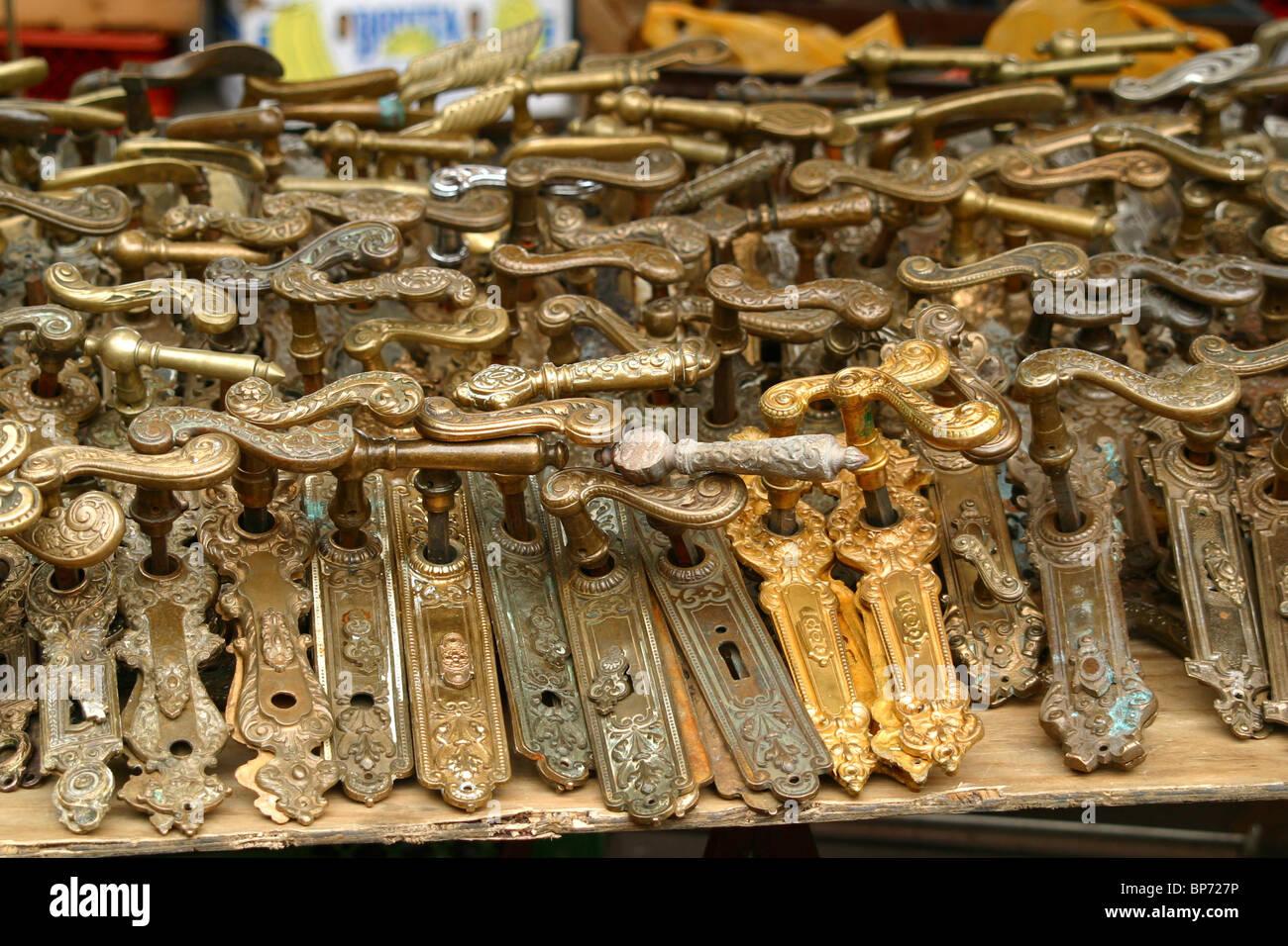 alte türbeschläge auf dem flohmarkt auf straße des 17.juni in berlin