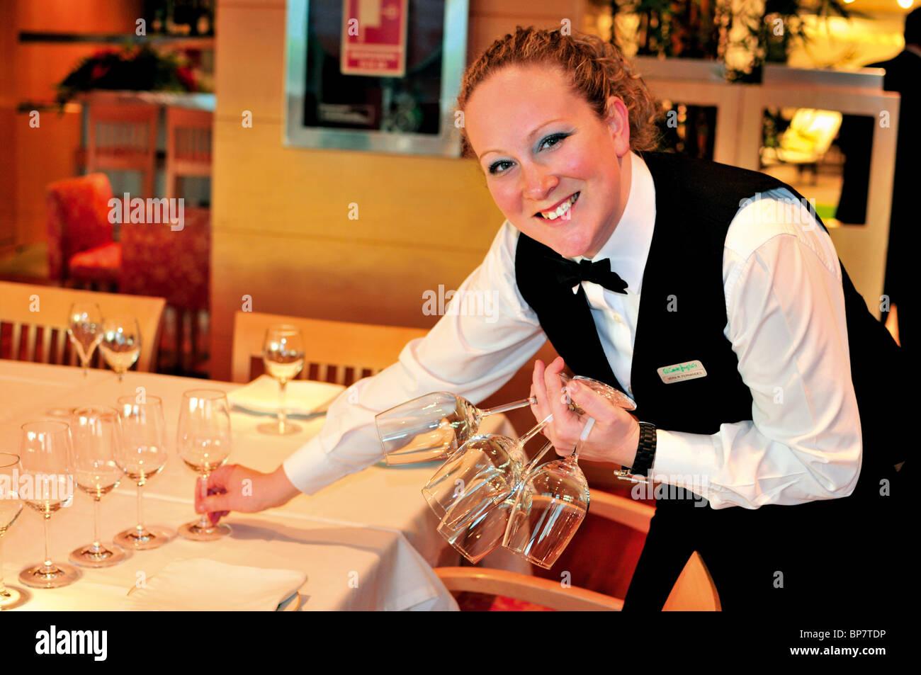"Portugal, Lissabon: Kellnerin Vera Fernandes Vorbereitung Tisch im Restaurant ""El Corte Inglés"" Stockbild"
