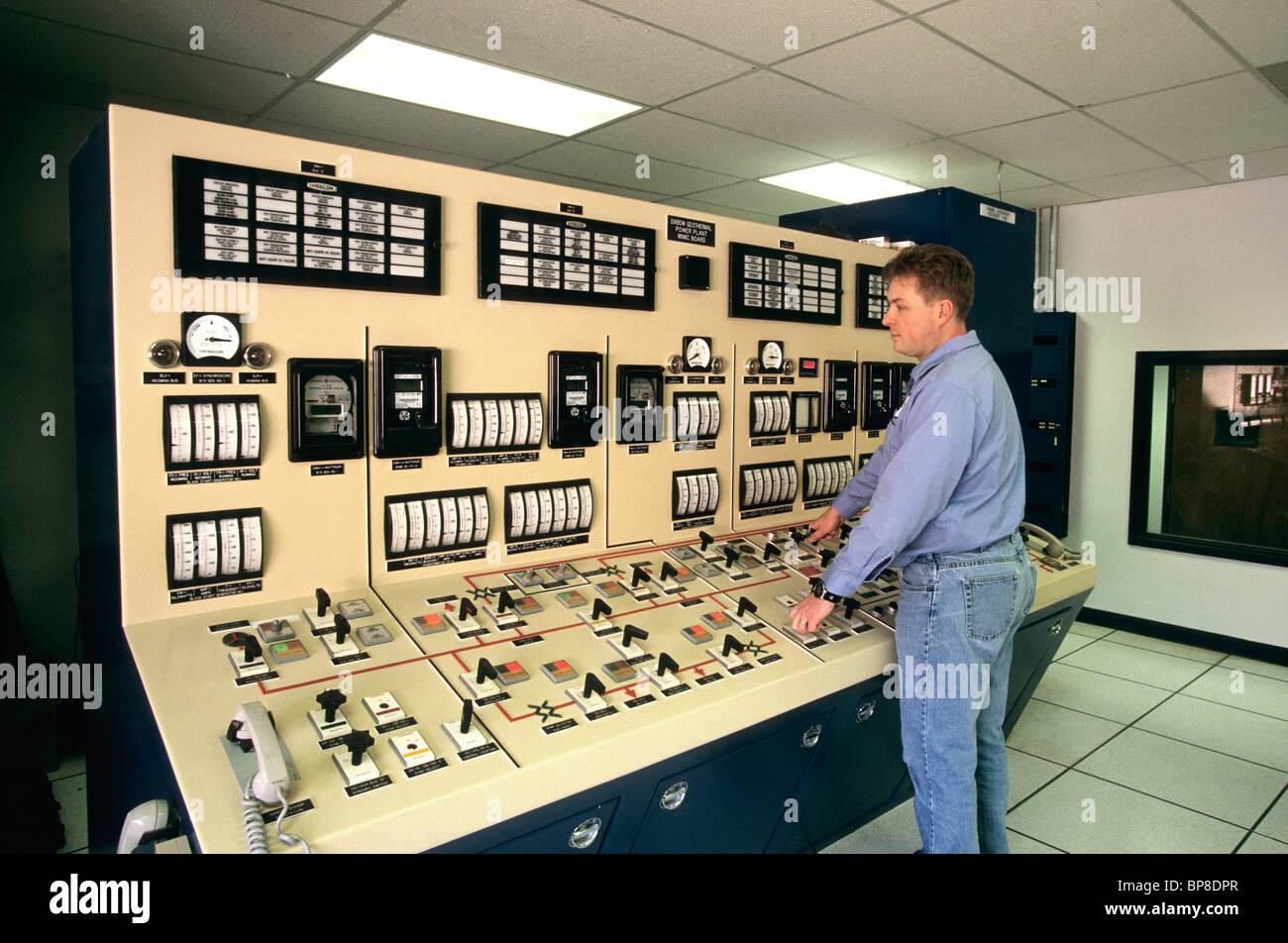 Geothermie-Kraftwerk, Operator am Leitstand, Stockbild