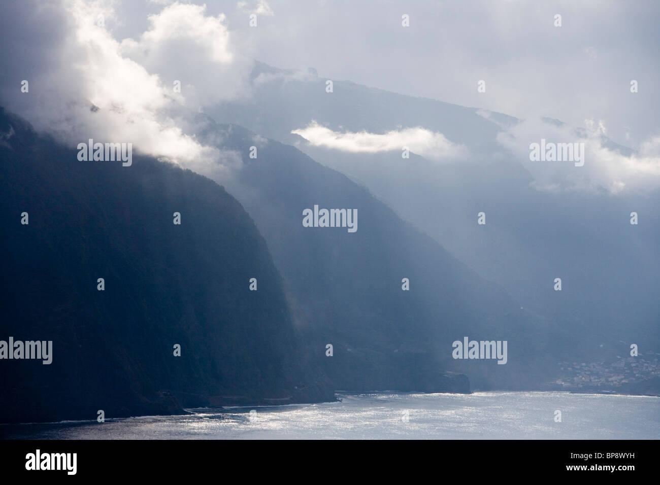 Nebligen Küste an der Nordküste in der Nähe von Arco de Sao Jorge, Madeira, Portugal Stockbild