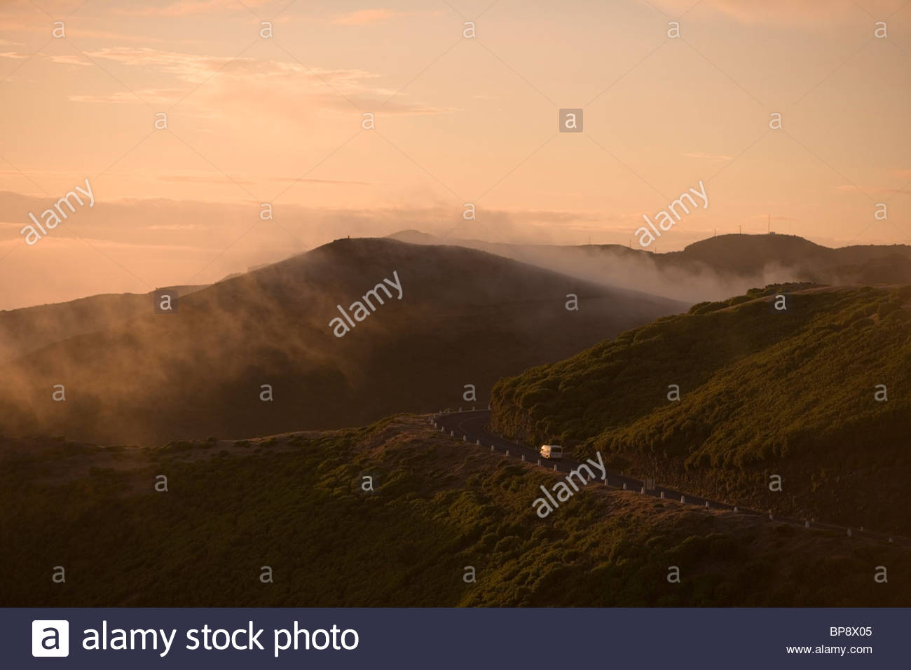 Mountain Road Sonnenuntergang, in der Nähe von Rabacal, Paul da Serra Plateau, Madeira, Portugal Stockbild