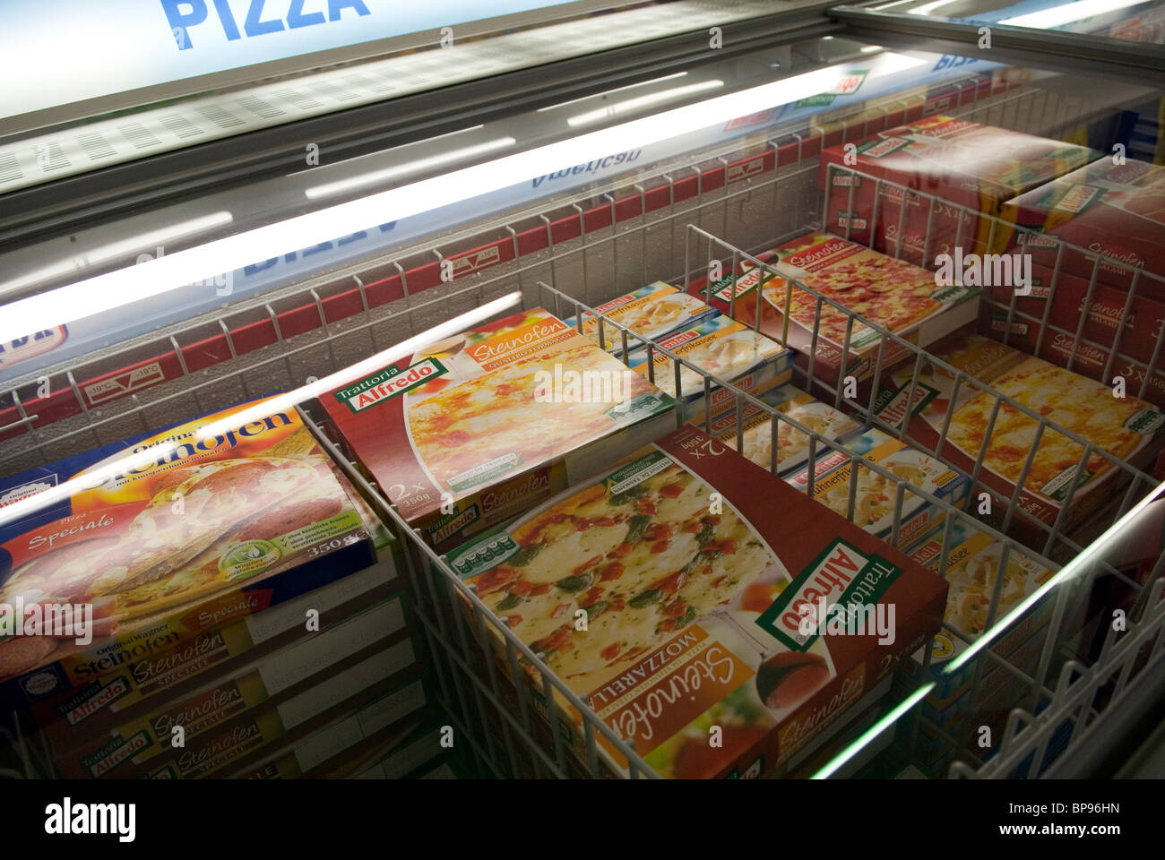 Aldi Kühlschrank : Aldi supermarkt pizza kühlschrank deutschland stockfoto bild