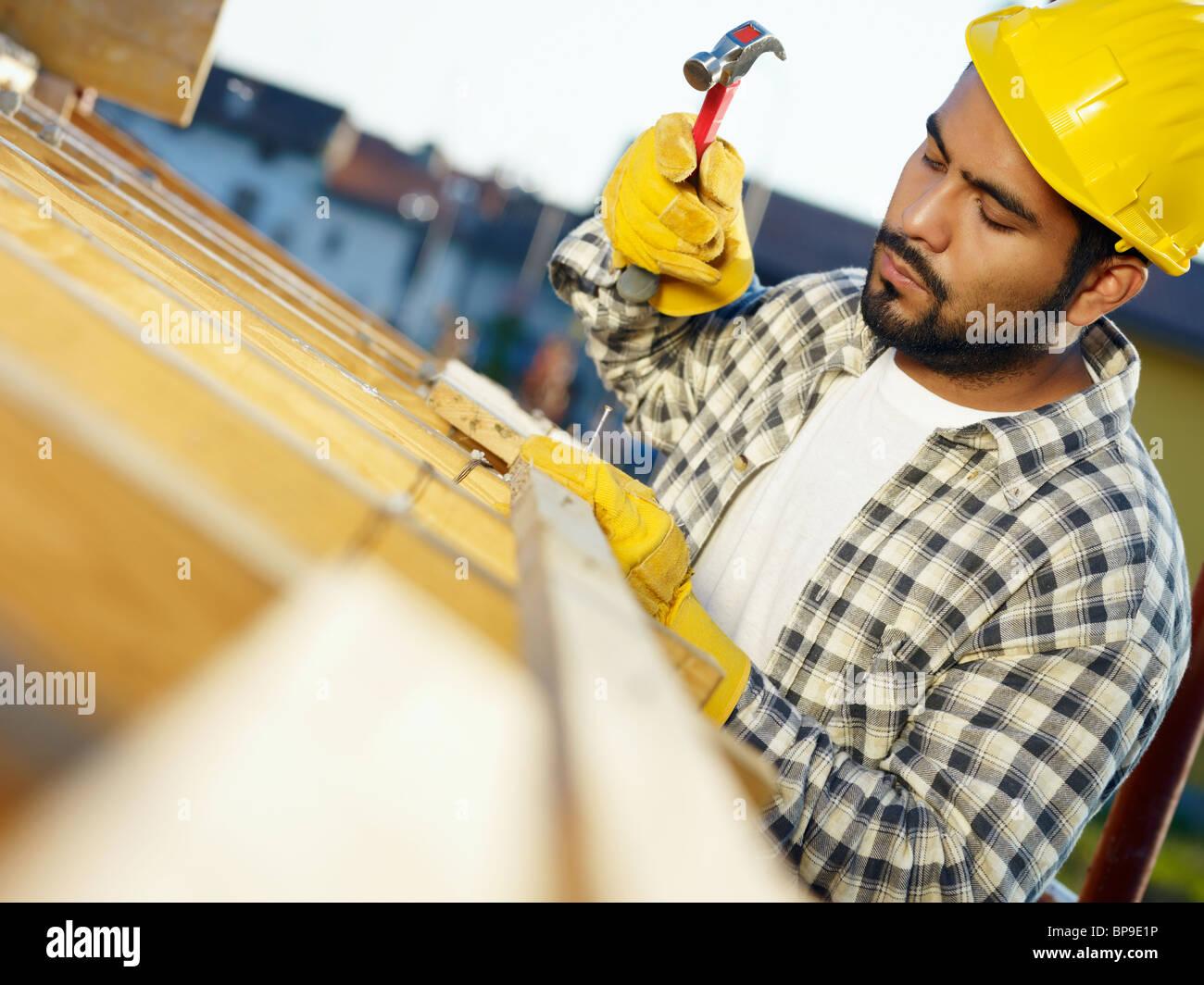 Latein-Bauarbeiter mit hammer Stockbild