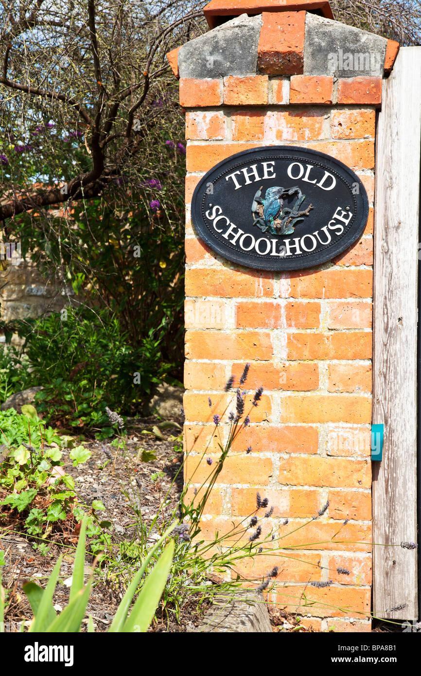 Gusseisen Hausnamen an einer Säule Säule aus rotem Backstein. Stockbild