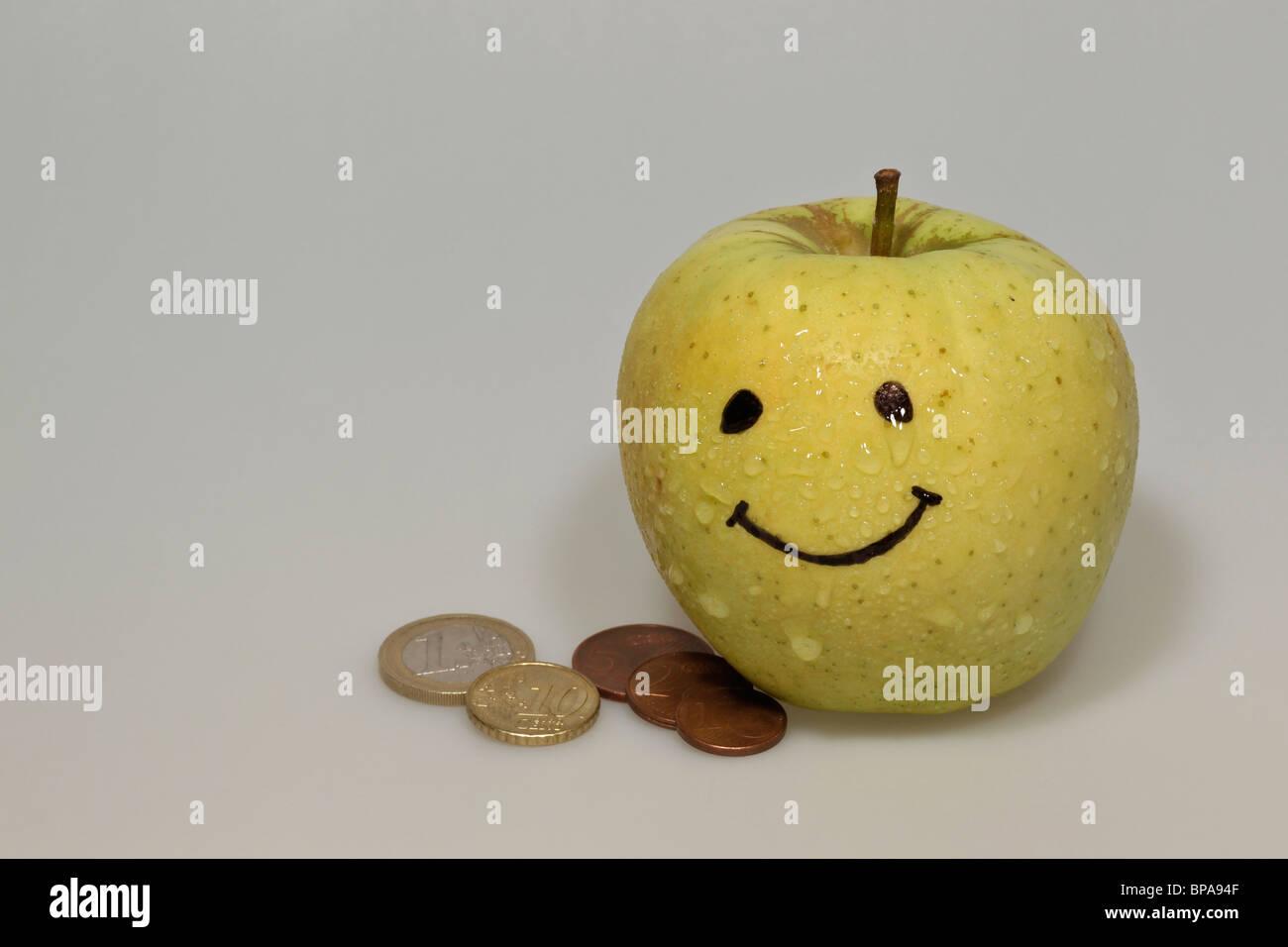 Smiley Gelber Apfel Mit Tropfen Wasser Und Euro Münzen Stockfoto