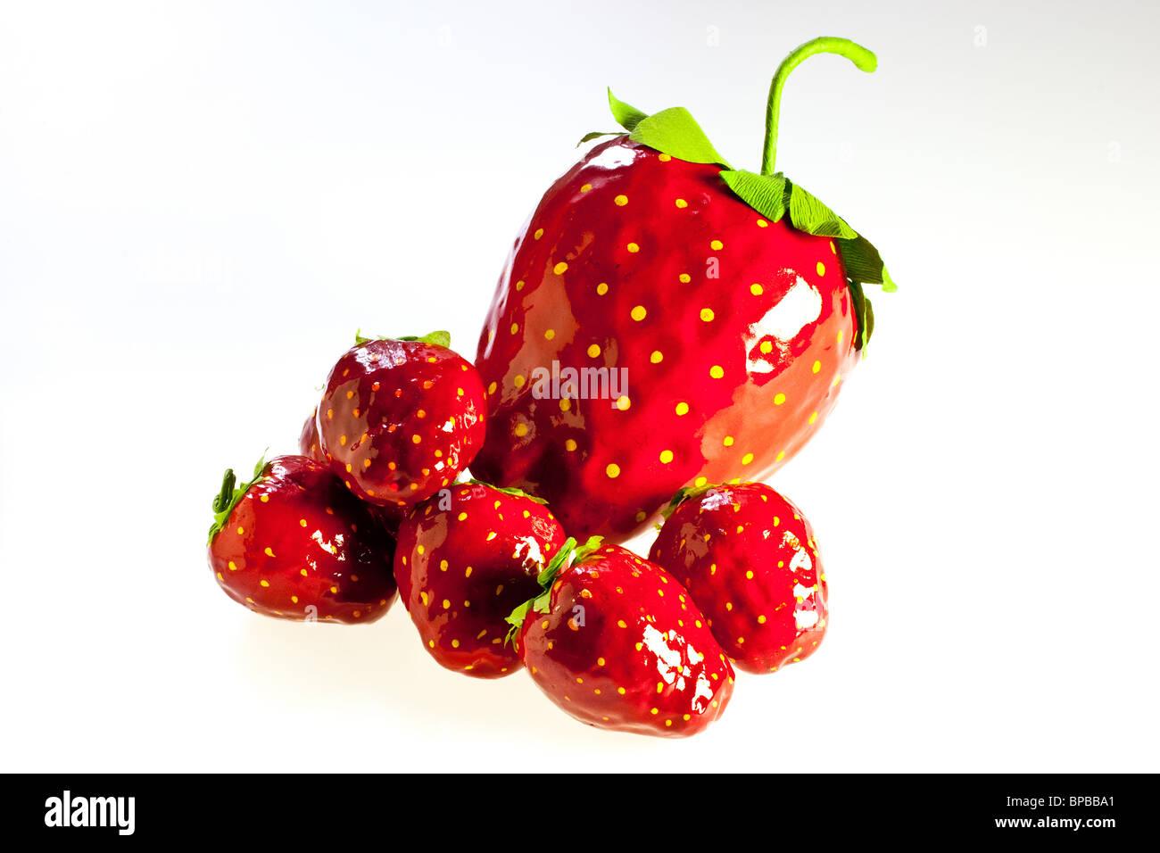 große Strawberryes im papier aus Pappmaché auf weißen Grund Stockbild