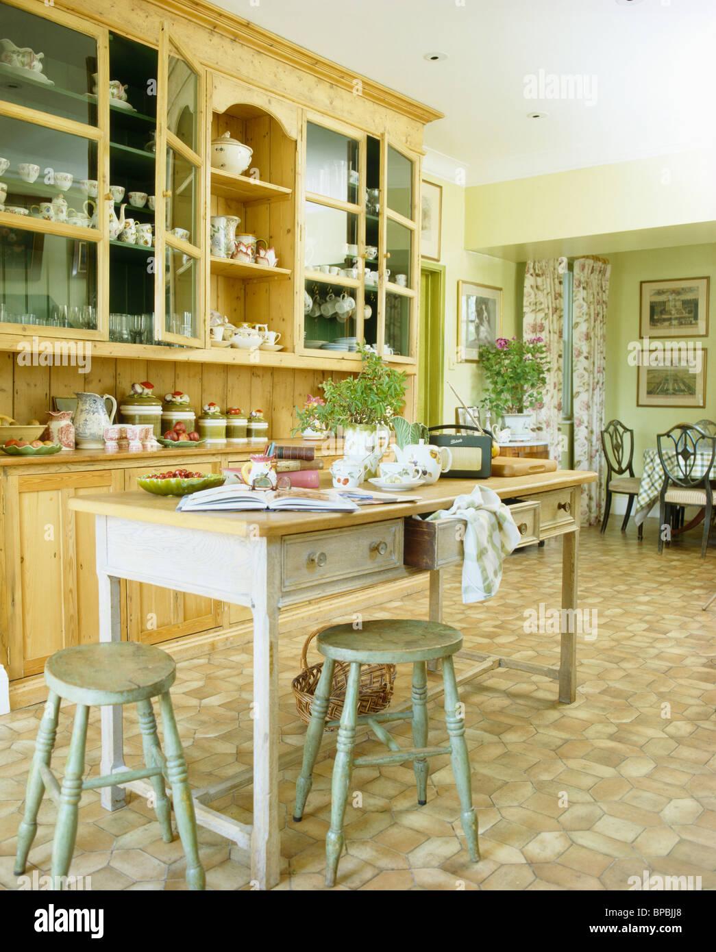 Blasses Grün Hocker und Holztisch im Landhaus-Küche mit eingebauten ...