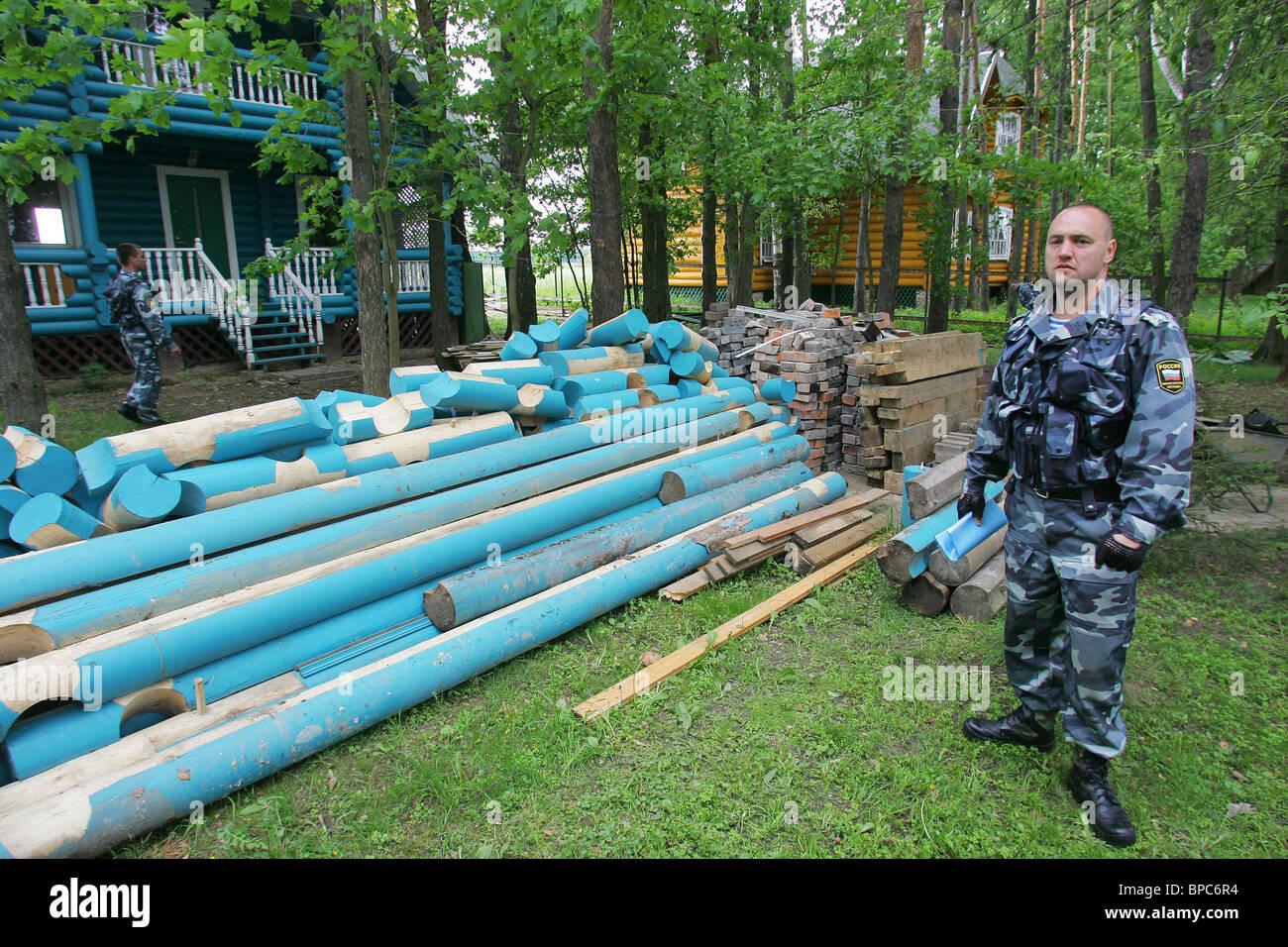 Eigentümer demontieren ihre Hütten in Anwesenheit der Gerichtsvollzieher Stockbild