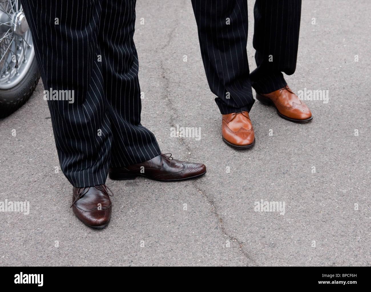 Der 1950 60er Jahre Style Manner In Anzugen Mit Braune Schuhe