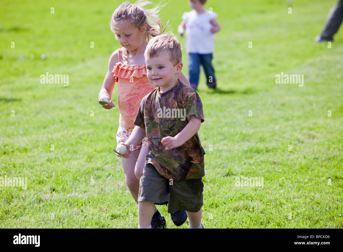 Die Kinder Ei und Löffel Rennen auf die Rußland Vale Gesellschaft jährliche Gartenschau Stockbild
