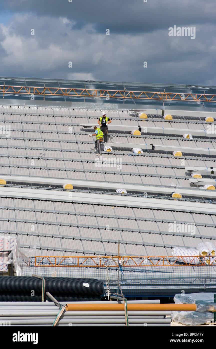 Bauarbeiter auf dem Dach des Stadions Falmer. Die neue Heimat von Brighton und Hove Albion Football Club Stockbild
