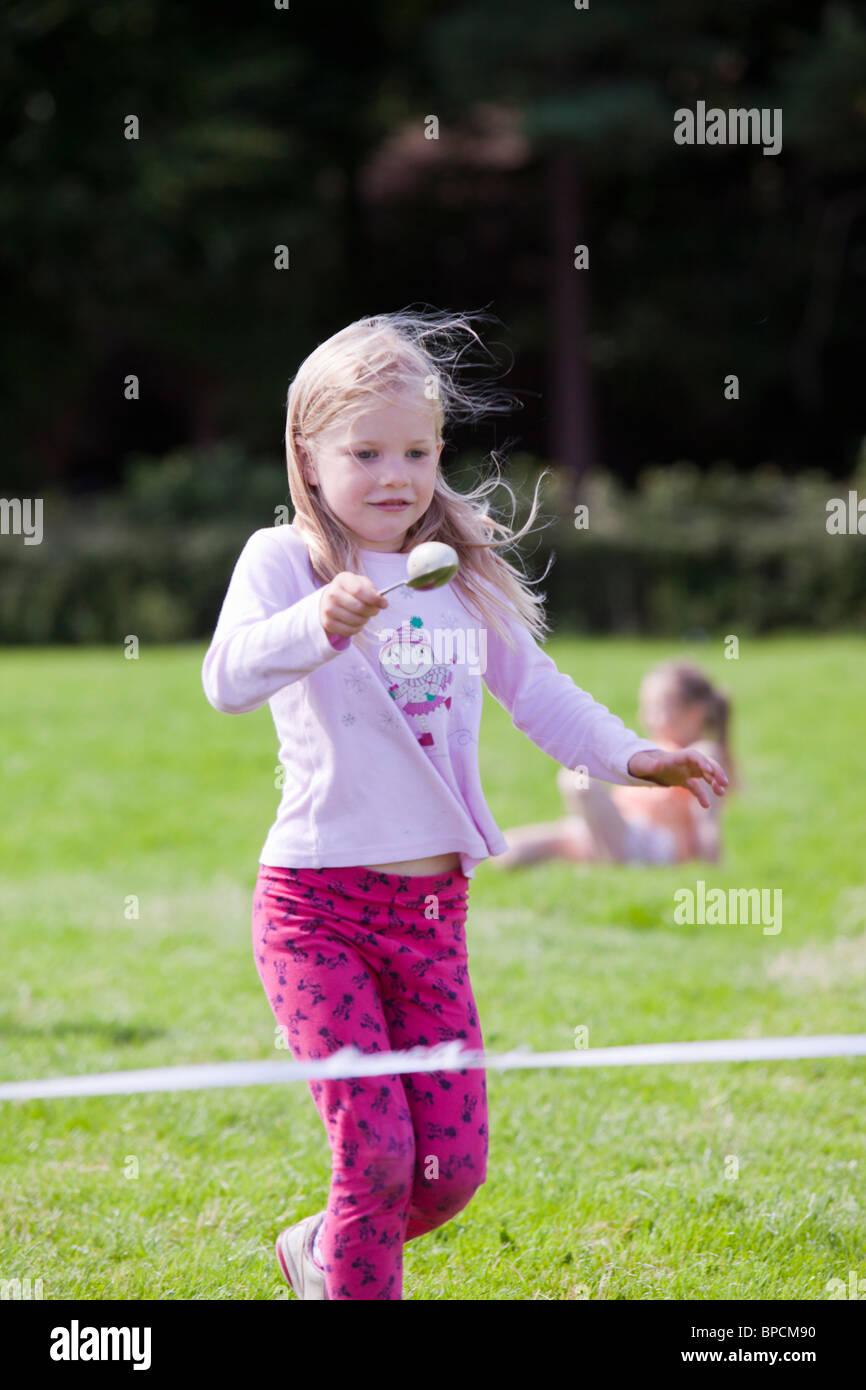 Die Kinder Ei und Löffel Rennen in der Rußland Vale Gesellschaft jährliche Gartenschau. Stockbild