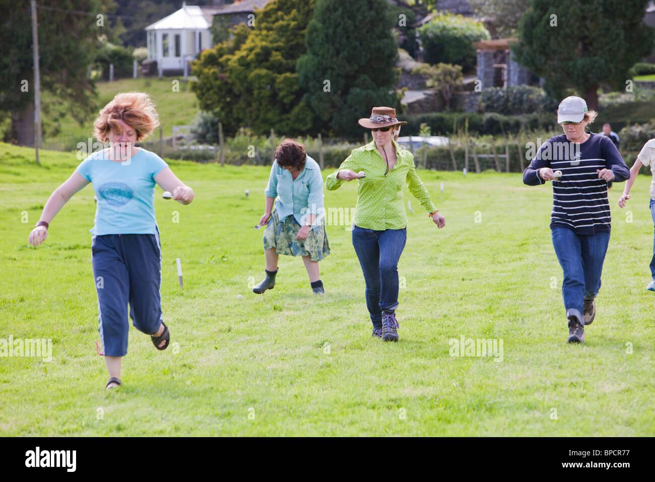 Das Womens Ei und Löffel Rennen in der Rußland Vale Gesellschaft jährliche Gartenschau. Stockbild