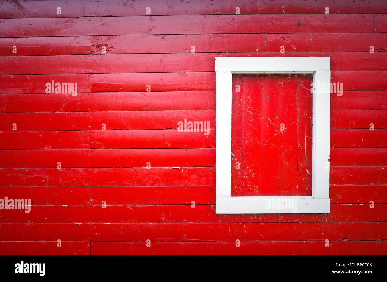 Rote Scheune Holz Abstellgleis, weiße Fensterrahmen, Hecla Dorf, Hecla Island Provincial Park, Manitoba, Kanada. Stockbild
