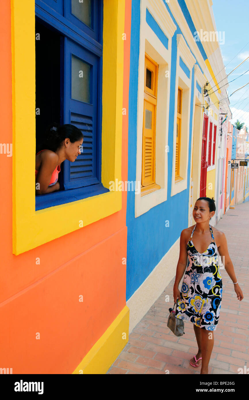 Straßenszene mit bunten Häusern, Olinda, Pernambuco, Brasilien. Stockbild