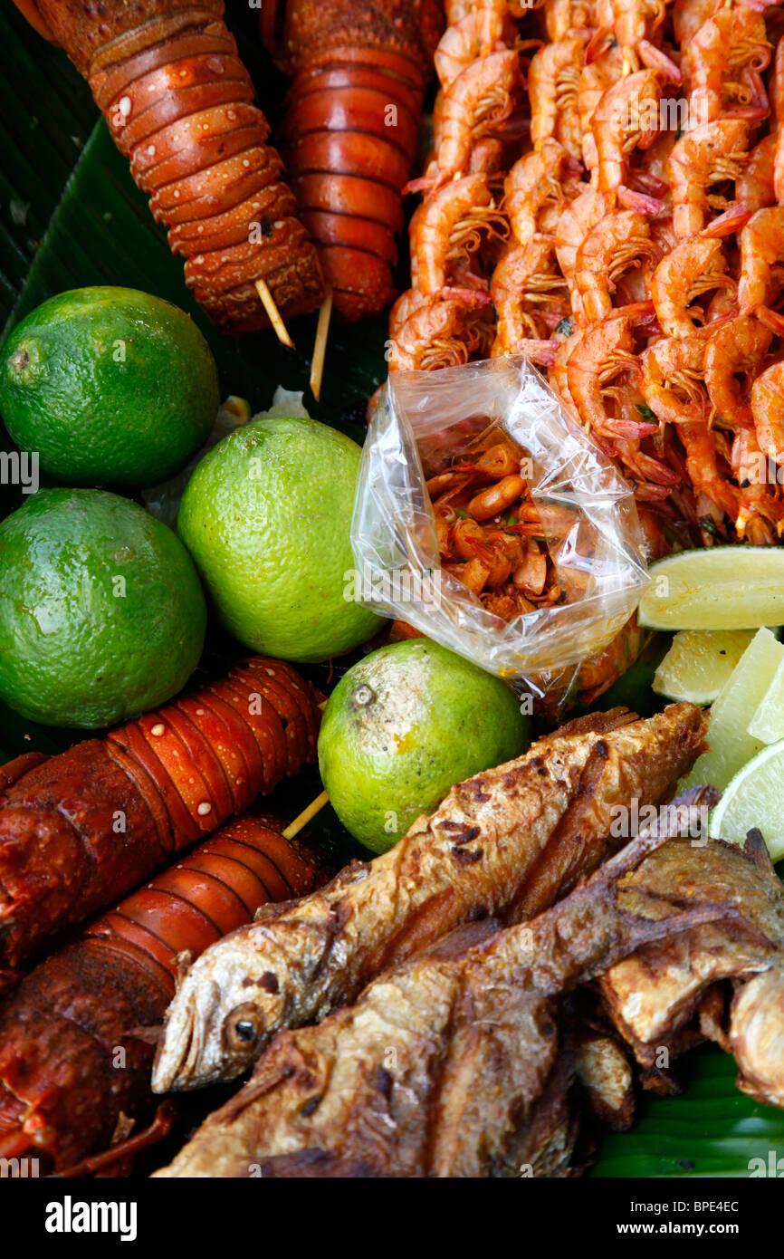 Ein Teller mit Garnelen Krebse und Fische, Porto Seguro, Bahia, Brasilien Stockbild