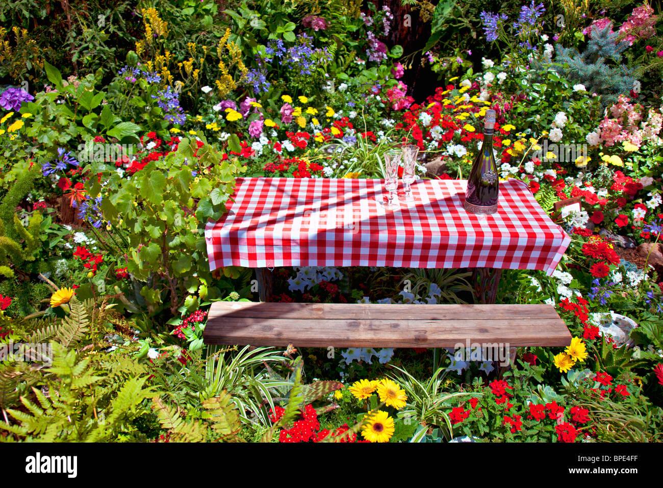Picknick-Tisch unter den Blumen Stockfoto