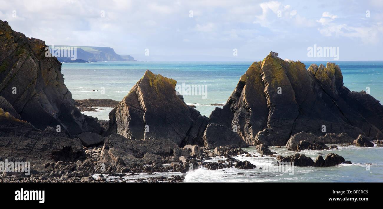 Blick auf die Devon Küste Blick nach Süden vom Hartland Quay durch die Felsen der Screda Punkt Stockbild