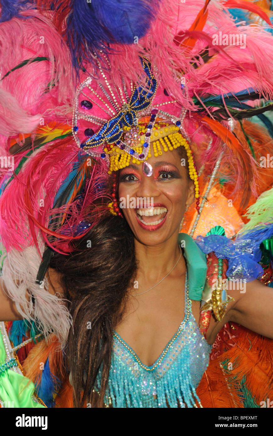 Brasilianische Samba-Tänzer. Sonia de Oliveira aus Sambaschule Amasonia, Karneval der Kulturen in Berlin, Deutschland, Stockbild