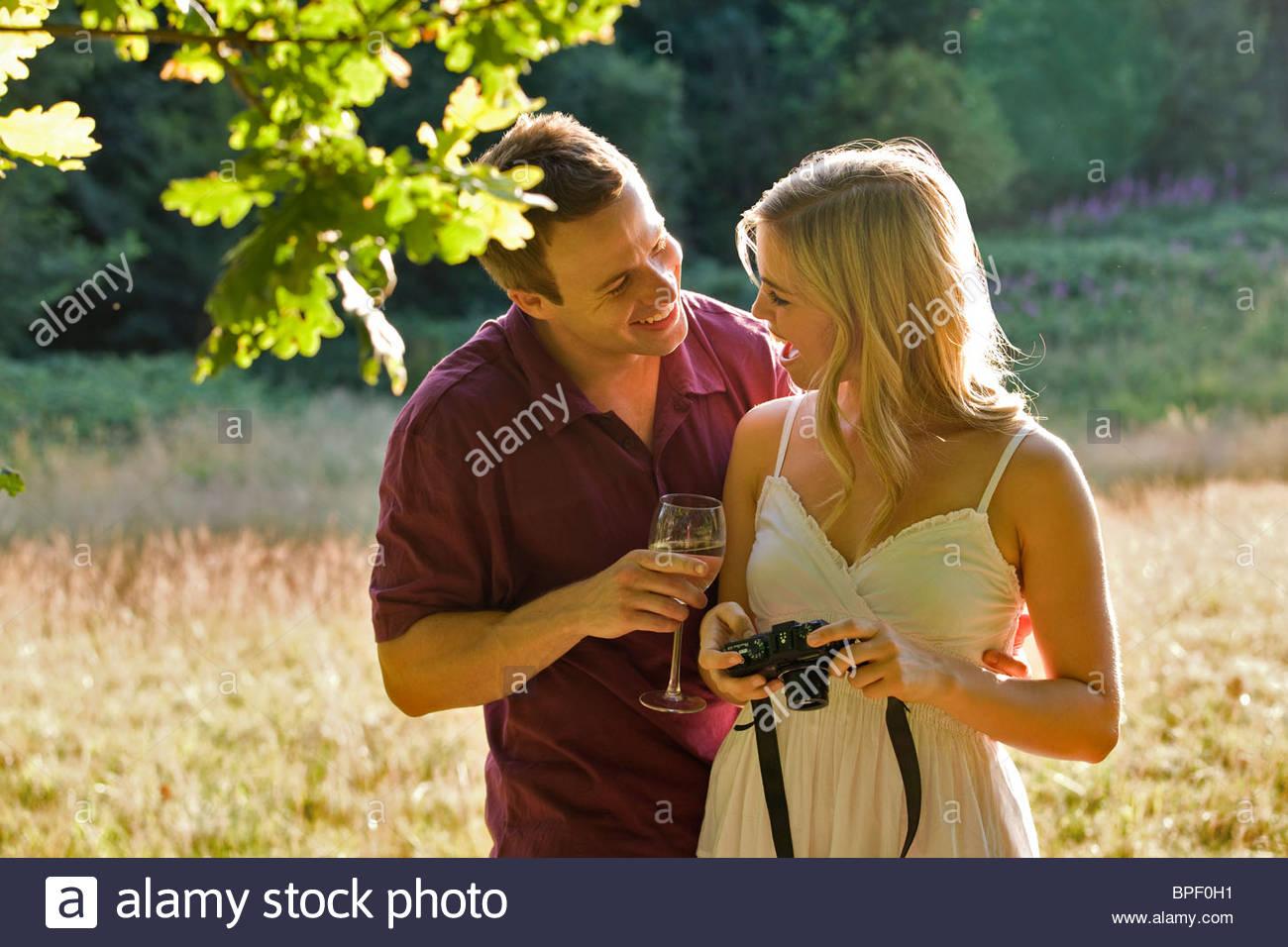 Ein junges Paar, das Betrachten von Fotos auf ihrer Kamera Stockbild