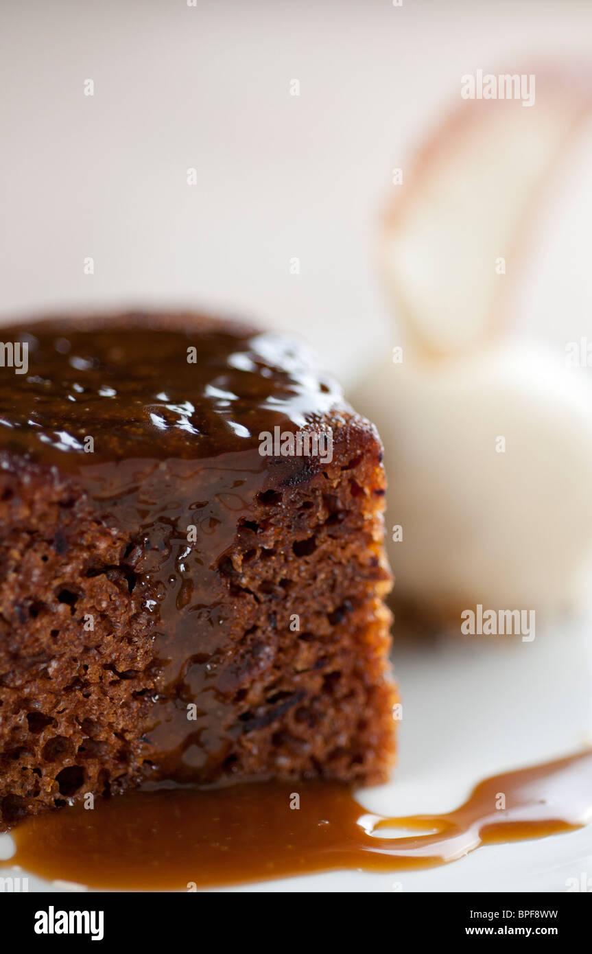 Traditionelles englisches Pub Essen - Sticky Toffee Pudding Stockbild