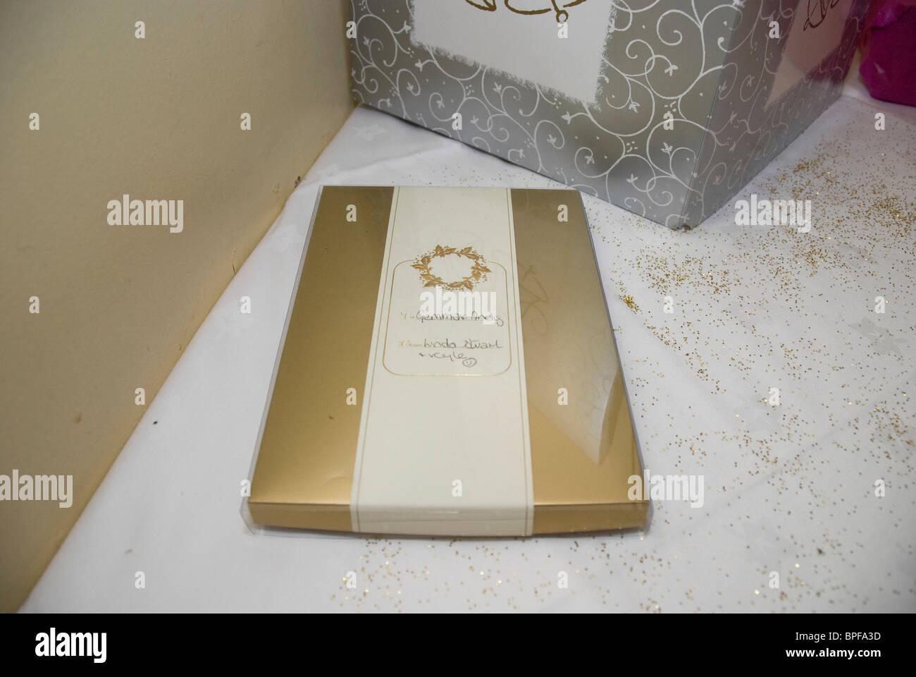 Hochzeitsgeschenk Auf Tisch Stockfoto Bild 31070017 Alamy